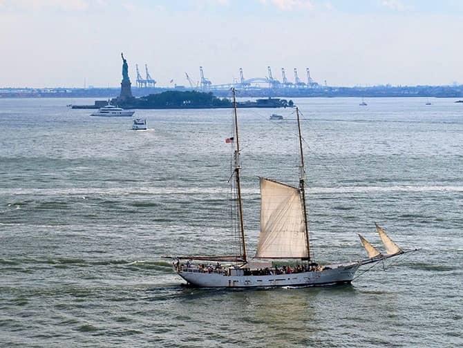 Crucero en gran velero a la Estatua de la Libertad en Nueva York - Estatua de la Libertad