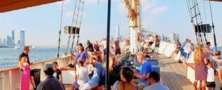 Crucero en gran velero a la Estatua de la Libertad en Nueva York