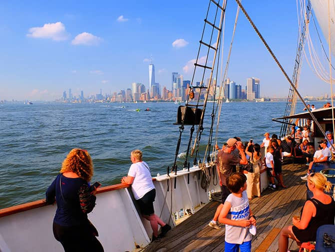 Brunch con champagne en velero por Nueva York - Navegando