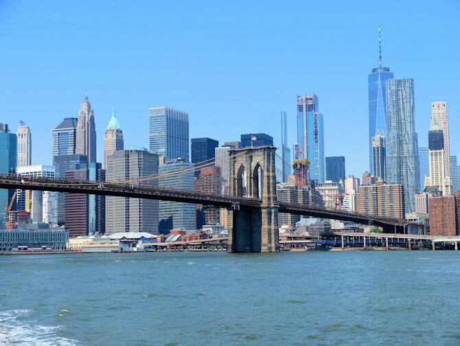 NYC Ferry en Nueva York - Brooklyn Bridge