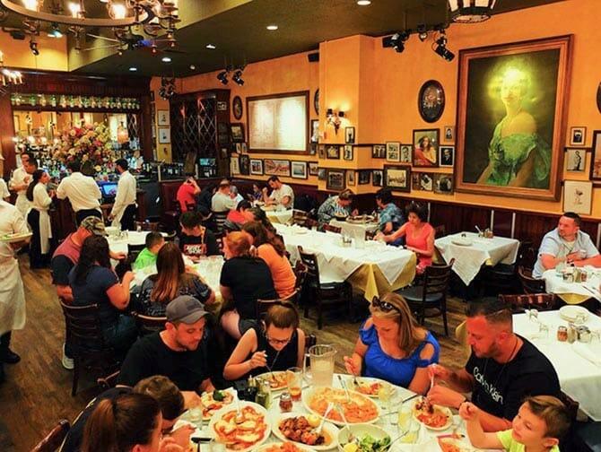 Carmine's restaurante familiar en Nueva York - Cenando
