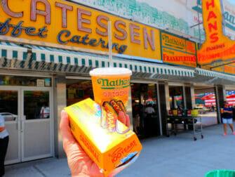Parque de atracciones Denos Wonder Wheel en Coney Island - Nathans Famous Hot Dog